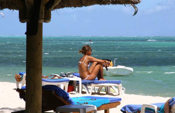 Девушка на берегу пляжа Le Morne